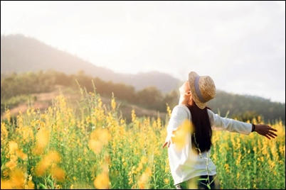 female-teen-girl-stand-feel-freedom-relaxation-travel-outdoor-enjoying-nature-with-sunrise_1421-1047